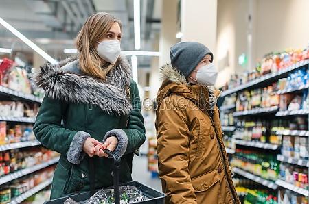 rodzinne zakupy w supermarkecie podczas pandemii