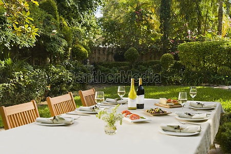 lunch, served, with, drinks, on, a - 29422109