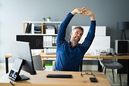 Cwiczenia stretch w biurze w pracy