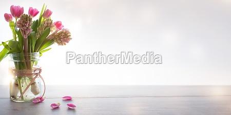 wiosenne kwiaty na nowoczesnym tle
