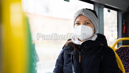kobieta w publicznym transporcie autobusowym