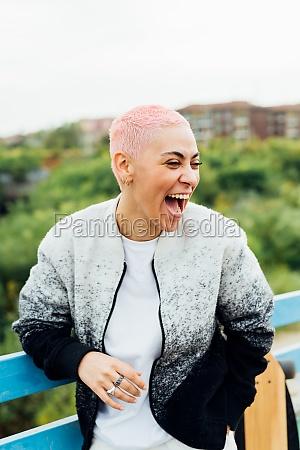 mloda kobieta smieje sie