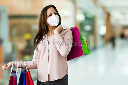 klient w sklepie z moda