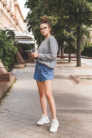 młoda, dziewczyna, ubrana, w, luźne, ubrania - 29707202