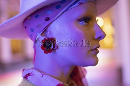 profil portret modne kobiety z kolczykiem