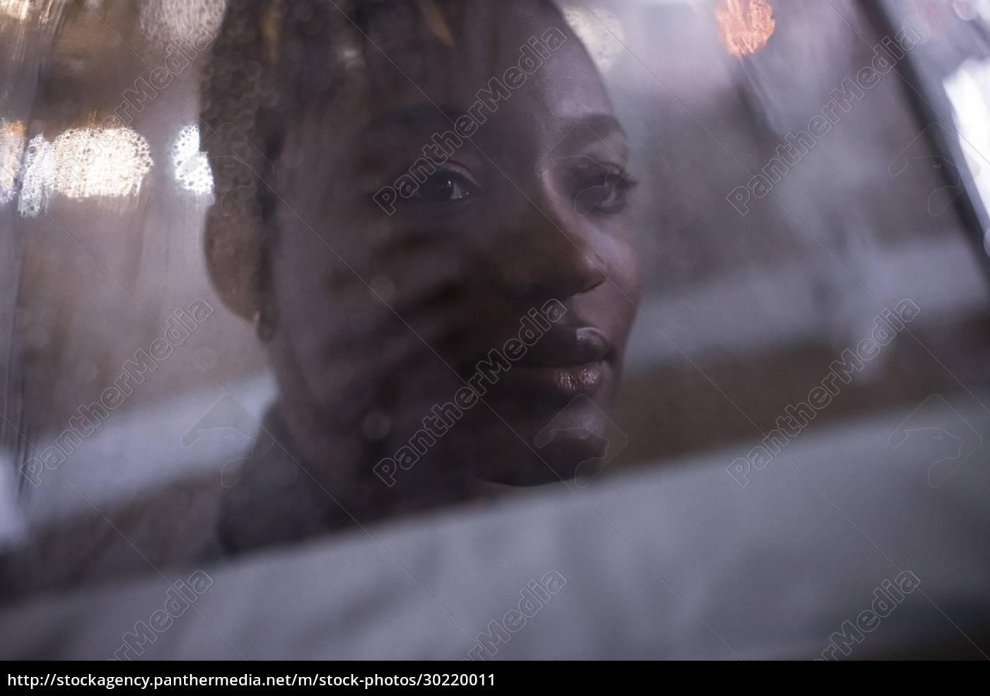 bliska, młoda, kobieta, pod, parasolem, w - 30220011